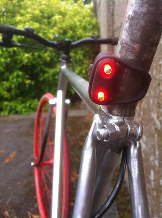 Une lampe de vélo arrière pour fixie