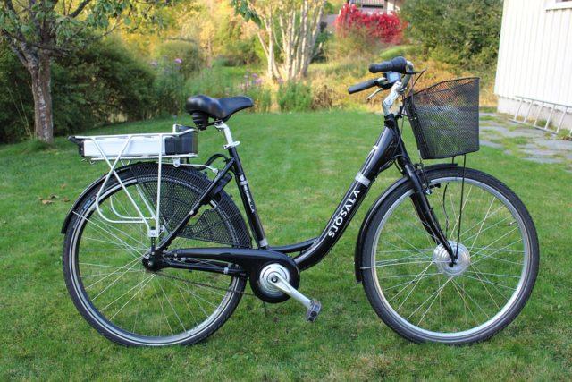Un vélo électrique dans le jardin